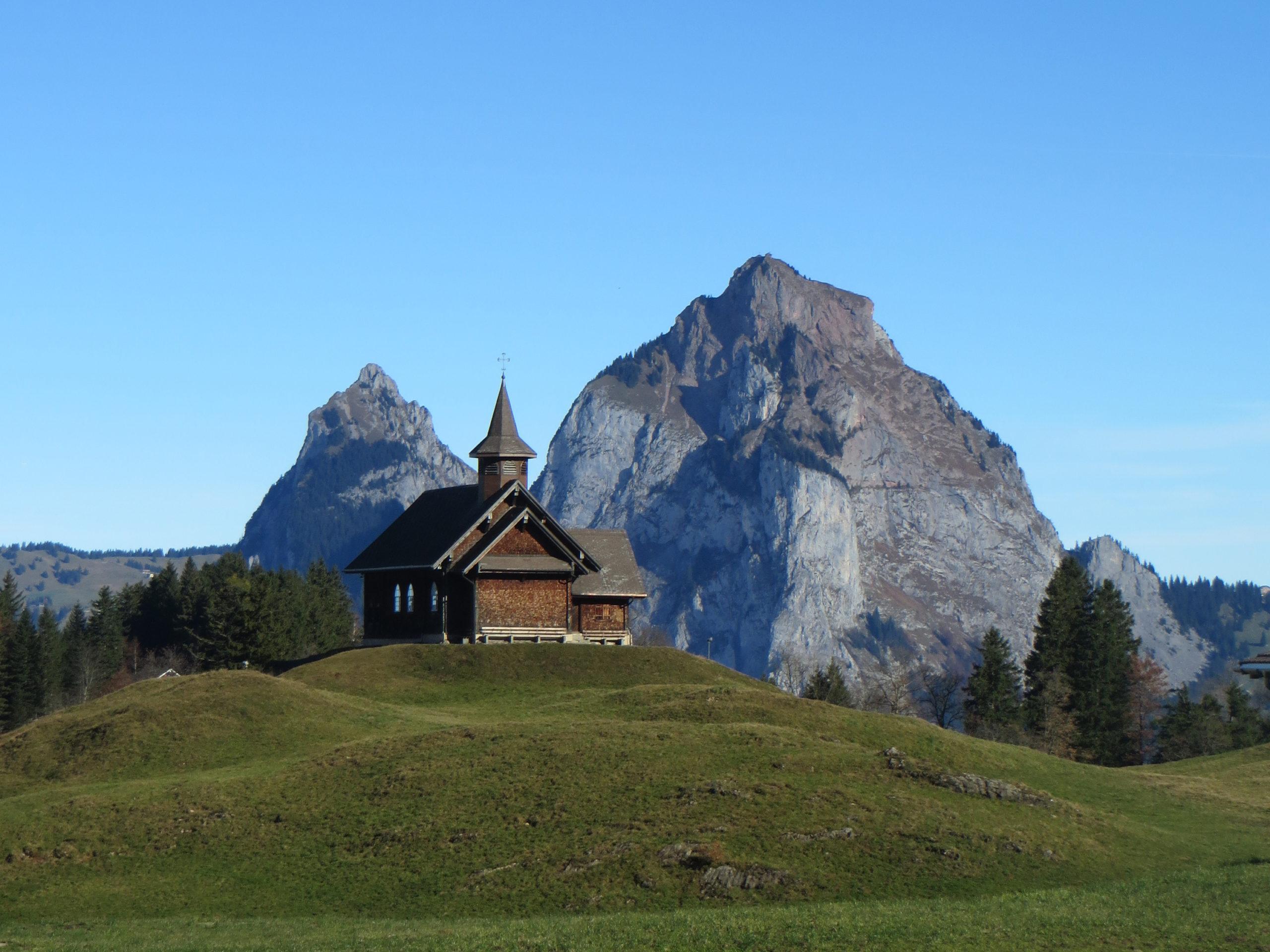 La chapelle Stoos devant les Mythen de la région géo-focus Lac des Quatre-Cantons .