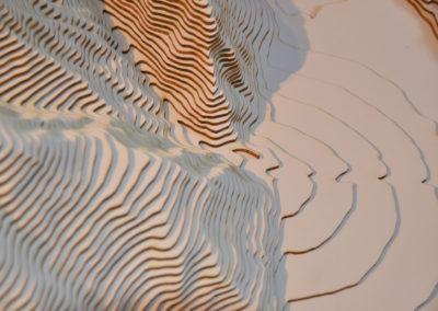 Gros plan sur la maquette de l'Illgraben. A droite, le cône de déjection.