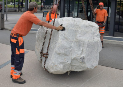 Installation du bloc sur la place de la gare: au millimètre!