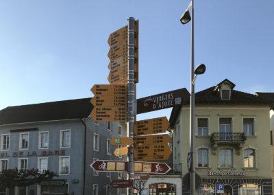 La Place de la Gare de Porrentruy, lieu stratégique de la signalétique piétonne.